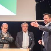 Der damalige St.-Gallen-Präsident Stefan Hernandez (rechts) verdankt an der 14. ordentlichen Generalversammlung der FC St.Gallen AG die zurückgetretenen Verwaltungsräte Martin Schönenberger (Mitte) und Michael Hüppi (links). (Bild: Urs Bucher (Gossau, 13. November 2017))