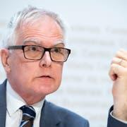 Erbost: Hanspeter Uster, Praesident der Aufsichtsbehörde über die Bundesanwaltschaft, vor den Medien in Bern. (KEYSTONE/Anthony Anex)