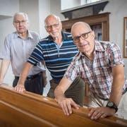 Sie arbeiten an einem barrierefreien Zugang in die Klosterkirche Münsterlingen: Markus Gmünder, Hugo Bertet und Marc Derungs. Hinter dieser Bank soll eine Rampe realisiert werden. (Bild: Andrea Stalder)