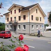 Nach den Sommerferien wird im Restaurant Testarossa mit seiner Terrasse hinter dem Haus weiter gewirtet. (Bild: Ralph Ribi)