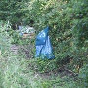 In einem Waldstück bei Wiesbaden-Erbenheim: Ein Müllsack hängt in der Nähe des Leichenfundorts der als vermisst gemeldeten Susanna.