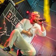 Der deutsche Musiker Bausa gibt auf der Bühne seine Rap-Skills zum besten. (Bild: Andrea Stalder)