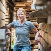 Maria Brühwiler in ihrem Sägewerk in Wiezikon. Häufig ist sie aber auch bei Kunden. (Bild: Andrea Stalder)