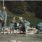 Auf einem Foto aus den 1960er-Jahren werken drei Generationen: Links steht Firmengründer Viktor, sein Sohn Anton arbeitet mit Hut und zwischen den beiden beobachtet der noch junge Damian senior. (Bild: PD)