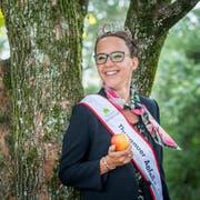 Mit Schärpe, Krönchen und einem Apfel in der Hand tritt die Thurgauer Apfelkönigin Melanie Maurer an diversen Anlässen auf. (Bild: Andrea Stalder)