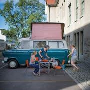 Eine Ausnahme: Lehrerinnen campen während eines Weiterbildungskongresses vor dem Schulhaus Buchental. (Bild: Urs Bucher, 17. Juli 2017)