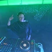DJ Tatana legt im «Stage 8580» Platten auf. (Bild: Manuel Nagel)