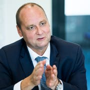 Jürg Röthlisberger während des Interviews in der Astra-Filiale in Zofingen. (Bild: Eveline Beerkircher, 23. Mai 2018)