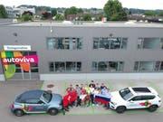 An der Rückwand des Autoviva-Bürogebäudes wird der grosse Bildschirm aufgestellt. Reto Lüthi (ganz rechts) und sein Team freuen sich auf möglichst viele Besucher, welche ihre Teams lautstark und friedlich unterstützen werden. (Bild: Manuel Nagel)