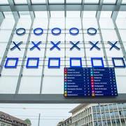 Der Stadtrat hat entschieden: Die Anzeigetafel soll nicht mehr lange unter der binären Uhr am St.Galler Hauptbahnhof hängen. (Bild: Urs Bucher)