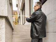 Urs Hähni, Fachberater hindernisfreies Bauen bei Pro Infirmis, vermisst die Treppe bei der Hauptpost in Frauenfeld. (Bild: Reto Martin, 8. November 2018)