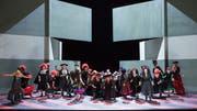 """Szene aus """"La forza del destino"""" am Opernhaus Zürich mit dem Opernchor. (Bild: Monika Rittershaus)"""
