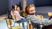 """Szenenbild aus """"Versetzung"""" am Theater St. Gallen mit Seraphina Schweiger und Stefan Schönholzer. (Bild: Tanja Dorendorf)"""