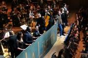 Festszene aus Mozarts «Don Giovanni» im Konzertsaal des KKL unter der Leitung von Teodor Currentzis (Mitte). (Bild: Peter Fischli/LF)