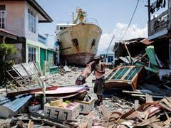 Nach den Erdbeben und dem Tsunami in Indonesien fehlt es vielen Menschen auf der Insel Sulawesi weiterhin am Nötigsten – mehr als 70000 sollen ihre Unterkunft verloren haben. Das ganze Ausmass der Katastrophe mit mehr als 1400 Toten ist weiterhin noch nicht abzusehen. Bild: Mast Irham/EPA