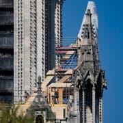 Am Dienstag wurde begonnen, eine Plane auf der mehr als 850 Jahre alten Kathedrale anzubringen, deren Dach in grossen Teilen zerstört wurde. Bereits vorher wurden möglicherweise einsturzgefährdete Teile der Kathedrale statisch gesichert.(Bild: Ian Langsdon/EPA, Paris, 19. April 2019)