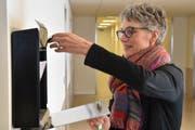 Claudia Wussow leert den Briefkasten, in den die Patienten die Rückmeldeformulare einwerfen. (Bild: Timon Kobelt)