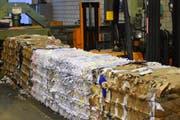 Gepresster Karton in den Lagerhallen der Kuster Recycling AG. (Bild: Timon Kobelt)