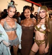 Popsängerin Rihanna, flankiert von den Models Bella (links) und Gigi Hadid, anlässlich der Präsentation ihrer neuen Lingerie-Kollektion. Auch Rihanna trägt Stickerei von Forster Rohner. (Bild: Kevin Mazur/Getty (New York, 12. September 2018))