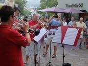 Mit einem swingenden «Come Fly With Me» unterhält das Trompeten-Register der Stadtmusik beim «Scharfen Eck». (Bild: Stefan Hilzinger)