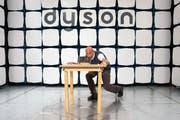 Ein Dyson-Mitarbeiter testet einen Roboterstaubsauger. Bild: Simon Dawson/Bloomberg (Malmesbury, 5. Oktober 2016)