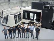 Die VDL-Mitarbeiter freuen sich über das neue Maschinen-Center: (von links) Peter Bärtsch, Reto Rüttimann, Michael Blaas, Reto Zimmermann, Michael Bollhalder, Baha Akyel, John Piggen (CEO) und Daniel Kohler. (Bild: Katharina Rutz)