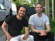 Luc Oggier (links) und Lorenz Häberli traten am Freitag zusammen mit Reggae-Sänger Dodo im Casino Herisau auf. Die beiden - besser bekannt als Lo & Leduc - arbeiteten an Dodos neuem Album Pfingstweid mit. (Bild: Miranda Diggelmann)
