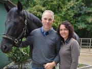 Sascha und Karin Stauffer mit Ausbildungspferd «Donaustern». (Bild: Monika Wick)