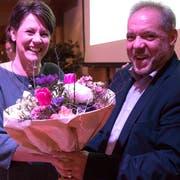 Schulpräsident Samuel Kern begrüsst Tina Baumgartner mit einem Blumenstrauss in der Schulbehörde. (Bild: Andreas Taverner)