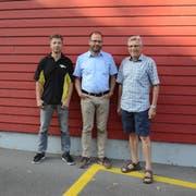 Hinter dem Projekt stehen Urs Peter, Projektverantwortlicher der Firma Isoplus, Sven Bürgi, Schulpräsident Gachnang, und Karl Ringenbach, Vize-Gemeindepräsident der Politischen Gemeinde Gachnang. (Bild: David Grob)