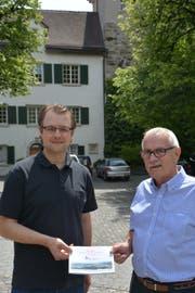 Im Hof von Schloss Herdern, wo gefeiert wird: Gemeindepräsident Ulrich Marti und Fest-OK-Präsident Jörg Himmelberger, der 1998 Gemeindeammann war, mit der schmucken Festschrift. (Bild: Mathias Frei)