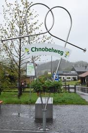 Diese Skulptur markiert beim Restaurant Rössli in Bächli Start und Ziel des Chnobelwegs. (Bild: Urs M. Hemm)