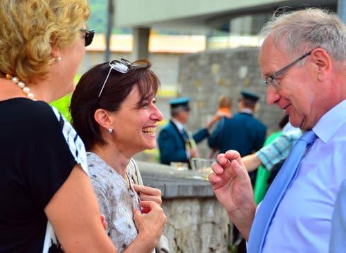 Alt Regierungsrat Hans Wallimann mit seiner Frau Brigitte links) und Landschreiberin Nicole Frunz Wallimann.