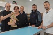 Dank Tierarzt Elmer Ahrens und den Polizisten Pascal Rieser sowie Robert Zahner (von rechts) hat Kater Bilo überlebt und bei Ljubica und Tobias Glarner ein neues Zuhause gefunden. (Bild: Zita Meienhofer)