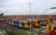 Aktuelle Züge der Tyne & Wear Metro vor dem alten Depot. (Bild: Djminisite/commons.wikimedia.org)