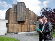 Die Pfarrkirche vor der Renovation. Hanspeter Wolfisberg (links) und Georg Berwert nehmen einen Augenschein. (Bild Corinne Glanzmann, 4. Mai 2016)
