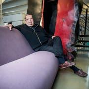 Architekt Pierre Honegger auf einem Canapé von Martin Szekély im Büro in Herdern. (Bild: Andrea Stalder)