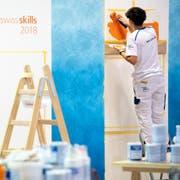 Zwei Maler in Aktion während der Eröffnungsfeier der Schweizer Berufsmeisterschaften 2018 in Bern. (KEYSTONE/Anthony Anex)