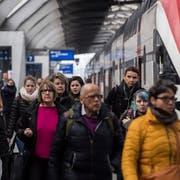 Die Geduld der SBB-Kunden wurde in diesem Jahr mit Verspätungen und Zugsausfällen strapaziert. Das Unternehmen will sich nun mit Gutschriften und Rabatten erkenntlich zeigen. (Bild: Ennio Leanza/Keystone)