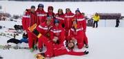 Die Voluntari-Gruppe des Zielsprungs der Herrenabfahrt, liegend Jakob Eriksson, der Chef dieses Streckenabschnittes. (Bild: PD)