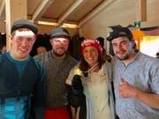 Pascal und Björn Schönenberger sowie Thomas Wild (von links) zusammen mit Kombinations-Weltmeisterin Wendy Holdener, die nach der Medaillenübergabe mit ihren Fans im House of Switzerland feierte. (Bild: PD)