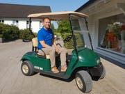 Geschäftsführer Daniel Schweizer unterwegs auf dem Golfwägeli.