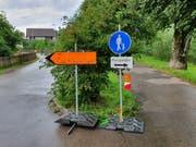 Wo geht es denn jetzt durch? Zwei Fussgänger-Wegweiser mit unterschiedlicher Aussage am Wattwiler Thurweg. (Bild: Ruben Schönenberger)