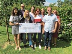 Die Schulkollegen der 8. Klasse, Mitglieder der Familie und des Schulboards der International School Rheintal mit Leiter Roger Scherrer (Zweiter von rechts) des Schlupfhauses St.Gallen.