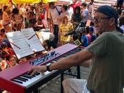Roman Rutishauser hielt sich mit seinem Piano im Hintergrund, hatte jedoch die Aufmerksamkeit der Kinder auf sicher, sobald er den eigens für das Projekt in Oberuzwil komponierten Baustellensong anschlug.