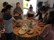 Hier werden im b-treff gemeinsam Momos zubereitet. Teigtaschen, die vorwiegend in der Region am Himalaya gegessen werden. (Bild: PD)