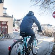 Ein Velofahrer ist kurz davor, das Schild «Verbotene Einfahrt» in der Grabenstrasse zu missachten. (Bild: Andrea Stalder)