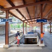 Der Bahnhof St.Fiden heute: Die Zugänge zu den Perrons sind noch nicht barrierefrei. Diese Anpassungen ans Behindertengleichstellungsgesetz sollen bis Ende 2022 oder Anfang 2023 vorgenommen werden. (Bild: Urs Bucher - 14. August 2019)