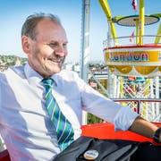 Der Weinfelder Gemeindepräsident Max Vögeli gönnt sich eine Fahrt mit dem Riesenrad. (Bild: Andrea Stalder)