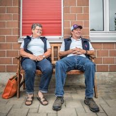 Ruth Marti und ihr Arbeitskollege Ernst Heuer auf einer Bank vor der KB-Station in Eggetsbühl.